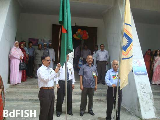 রাবি ফিশারীজ বিভাগের ১০ বছর পূর্তি উৎসবের উদ্বোধনী অনুষ্ঠানে জাতীয় ও বিশ্ববিদ্যালয়ের পতাকা উত্তোলন করছেন যথাক্রমে প্রধান অতিথি মাননীয় রাবি <a href=
