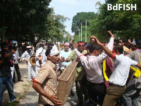রাবি ফিশারীজ বিভাগের ১০ বছর পূর্তি উৎসব উপলক্ষে আয়োজিত বর্ণাঢ্য শোভাযাত্রার একাংশ