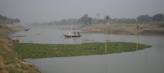 ছোট যমুনা নদীতে তৈরি করা মাছ ধরার একটি কাঠা